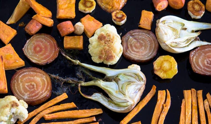 Rotfrukter och grönsaker i ugn